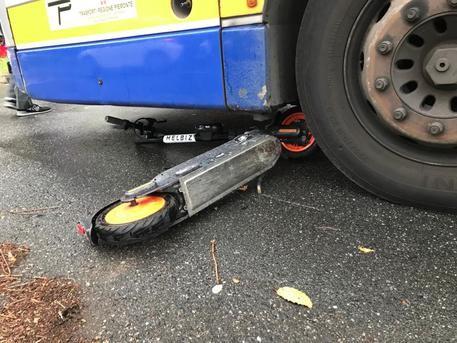 Monopattino contro bus, ferita ragazza a Torino