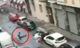 """Nigeriano nudo per strada, si rotola per terra, rovescia i bidoni dell'immondizia, blocca gli automobilisti: fermato dai carabinieri e ricoverato alla """"neurodeliri"""" (Video)"""