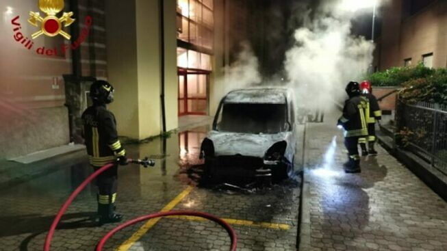 Asti: catturato il piromane che aveva dato fuoco a bus, auto e cassonetti dell'immondizia