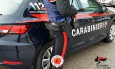 Marocchino agli arresti domiciliari sorpreso per strada in paese con armi improprie e cocaina in tasca