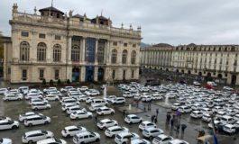 Covid19: monta la protesta coi taxi che invadono il centro di Torino