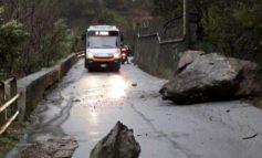 Emergenza rientrata a Voltri per la caduta di due grossi massi in Via Fiorino