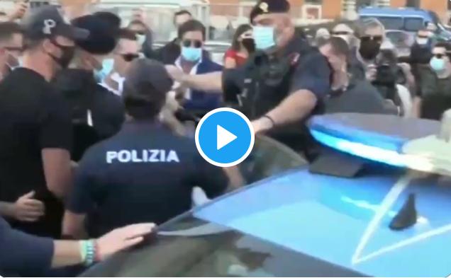 La Polizia arresta un manifestante perché non porta la mascherina confondendo le infrazioni amministrative coi reati penali (Video)