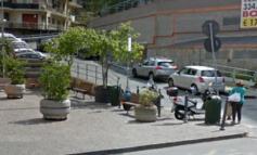 Auto impazzita piomba nei giardini e falcia quattro ragazze sulla panchina: arrestato il guidatore, una ragazza è all'ospedale