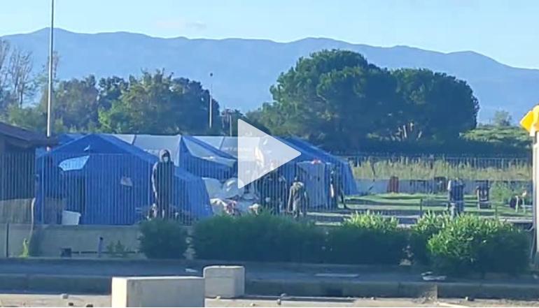 Poliziotti presi a sassate dai migranti: ma dove vogliamo arrivare? (Video)