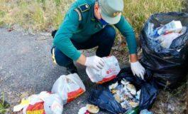 Getta riufiuti per la strada: multato