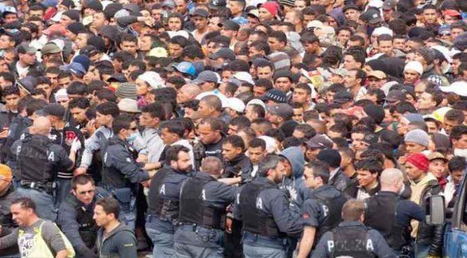 """Clandestini in rivolta devastano il centro di Milano: """"Non torniamo in Tunisia"""""""