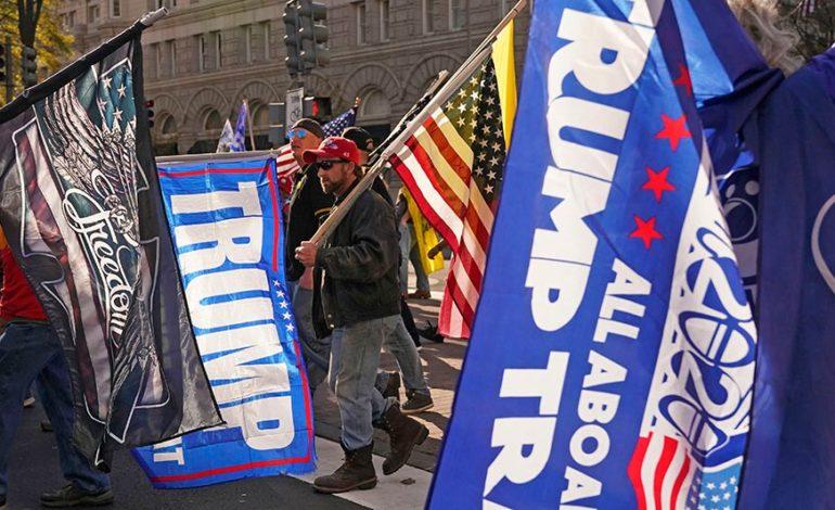Migliaia di sostenitori a favore di Trump scendono per strada a Washington vicino alla Casa Bianca