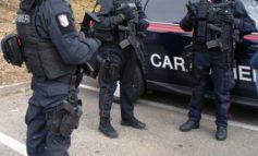 Litiga con la figlia e la butta in strada al freddo senza cappotto: i carabinieri l'affidano al padre