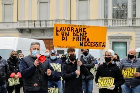 Covid: ad Asti ambulanti in piazza per protesta