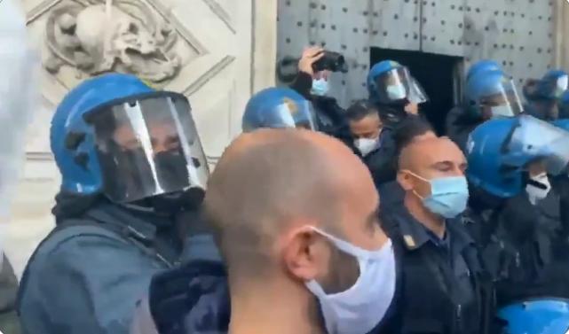 A Genova la Polizia si unisce al corteo degli operai dell'ex Ilva (Video)