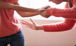 Madre picchia la figlia a più riprese e la figlia la denuncia