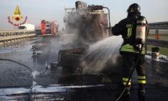 Va a fuoco rimorchio pieno di bitume riscaldato, bloccata per un'ora l'autostrada