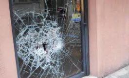 Vagabondo bulgaro ubriaco distrugge la porta a vetri di un ristorante