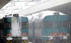 Super nevicata in Lombardia, treni con ritardi record e disagi per i passeggeri