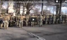 Al passaggio del corteo di Biden la maggioranza dei militari schierati gli volta le spalle (Video)