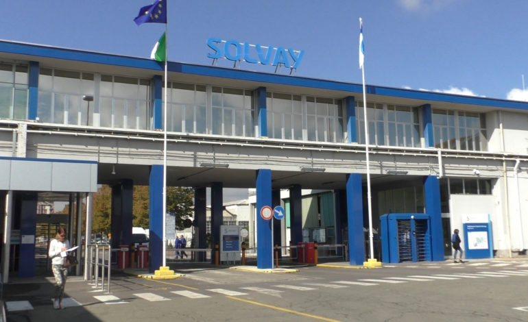 La Solvay fa ricorso dopo il blitz di carabinieri e procura di due settimane fa che portò al sequestro dei pc aziendali