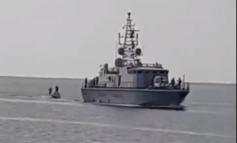 Non solo la Marina Militare trasporta i migranti clandestini nei nostri porti e la Guardia di Finanza fa loro da scorta, perché da ieri le motovedette delle Fiamme Gialle sono diventate rimorchiatori delle barche dei clandestini