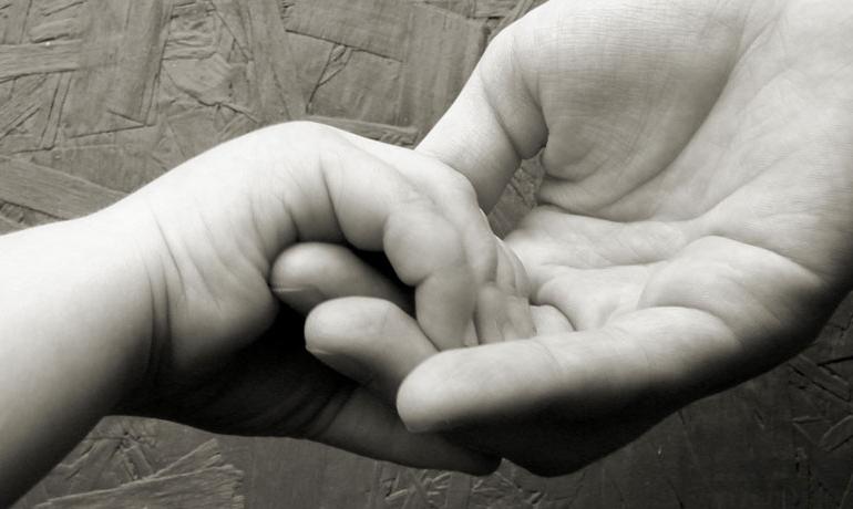 Come a Bibbiano i servizi sociali di Torino tolgono una bimba dal grembo materno appena dopo la nascita e, sostituendosi ai giudici, sospendono gli incontri coi genitori