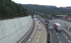 Ha parcheggiato in mezzo all'autostrada, traffico in tilt, interviene Polstrada