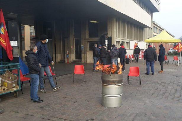 La protesta dei lavoratori della Cerutti di Casale si sposta in piazza Castello: abbiamo bisogno del sostegno di tutti