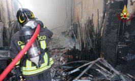 Danni ingenti ma nessuna vittima per un vasto incendio scoppiato in un capannone alle porte di Tortona