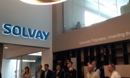 Oltre centomila euro donati al centro vaccini della caserma Valfrè dalla Fondazione Solvay, ma divampa la polemica: indegni!