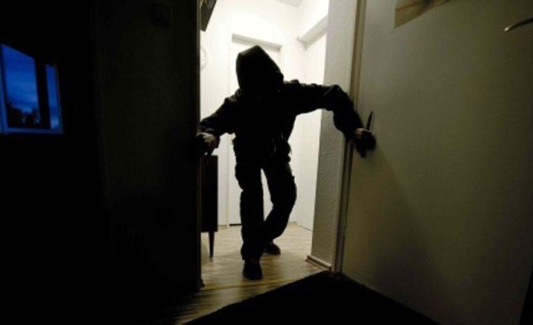 A Grana Monferrato due minorenni hanno sfondato la porta del Municipio per poi rubare pochi euro
