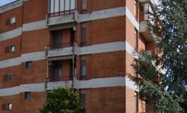 Precipita dal quarto piano mentre vernicia la ringhiera del balcone, morta una donna di 71 anni