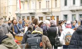 """Flash mob """"antimascherina"""" ad Aosta si trasforma in una festa con musica e balli: e scoppia la solita """"Covid-polemica"""""""