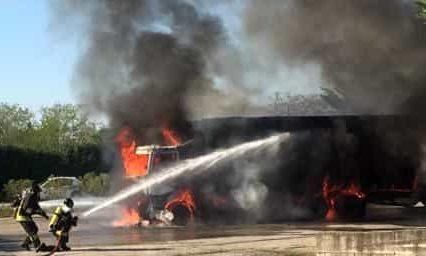Camion che trasporta paglia va a fuoco, traffico bloccato per un'ora