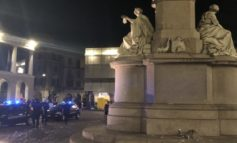 """A Vercelli la festa per l'Italia campione d'Europa """"macchiata"""" dai danni alla statua di Cavour"""