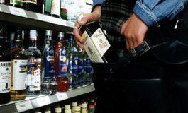 Rubano diciannove bottiglie di superalcolici ma sono colti in flagrante e arrestati