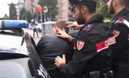 Prima minaccia i Carabinieri poi distrugge il monitor di un computer della caserma: arrestato