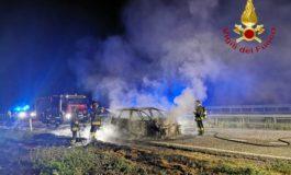 Auto in fiamme in autostrada, Vigili del Fuoco impegnati nella notte