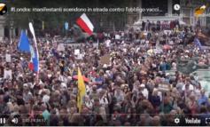 Dopo il record di vaccinati i britannici sono di nuovo malati e protestano contro l'obbligo vaccinale (video)