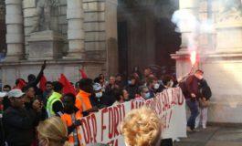 Lancio di uova e vernice contro il Municipio di Torino durante il corteo per lo sciopero generale