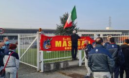Maserati: i lavoratori appendono il tricolore all'ingresso della fabbrica e lanciano un appello al nuovo sindaco di Torino